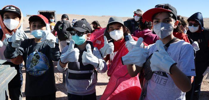 Región de Antofagasta: Municipio de Calama y voluntarios realizan operativo de limpieza en Salar de Rudolph